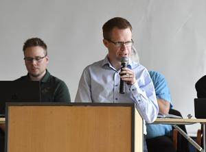 Jonas Källman förklarar plus och minus för kommunfullmäktiges ledamöter vid ett av sammanträdena i Idre.