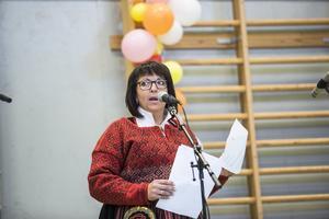 Biträdande rektorn, Eva Åsåker, höll tal till  föräldrar och barn innan det var dags att springa iväg på sommarlov.