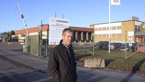 Patrik Ellefsson vid in- och utfarten till godsterminalen som ligger på Terminalvägen.