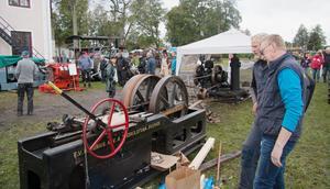 Hyvel. Många gamla redskap drevs som den här via remdrift från en kraftkälla som kunde vara en ångmaskin eller en tändkulemotor.