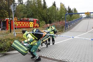 Räddningstjänsten har överlämnat en skadad till ambulansen.