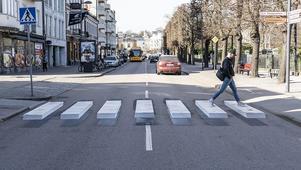 Bild: Johan Nilsson/TT                                                                                         Försiktiga kliv över streck i 3D. Helsingborgs stad har gett strecken på ett övergångsställe på Södergatan tredimensionell effekt när man målade om. I sommar blir det ett på Drottninggatan vid Näbbtorget.