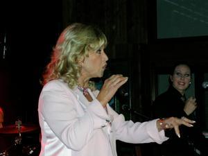 """Krogshow på Harrys i Avesta 2005. """"Lill-Babs är sig själv på scenen. Hon är personlig med publiken. Ibland rusar hon ner från estraden och sjunger mellan borden eller sätter sig i nån herres knä. Hon är mäkta populär"""", skrev vår utsände Roland Pettersson. Bild: Roland Pettersson"""