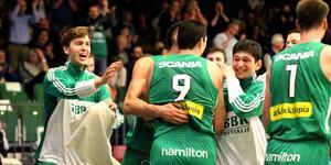 Toni Bizaca blir omfamnad av lagkamraterna efter att ha gjort över 6000 poäng i SBBK.