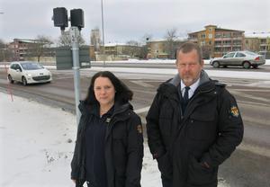 Skyddsombudet Emma Eriksson och Åke Broman, som är direktör för räddningsförbundet, vill båda se en ökad säkerhet vid brandstationens utfart på Vallbyleden. Rödljusen som tänds vid utryckningar är inte nog när inte alla bilister respekterar dem, menar de.