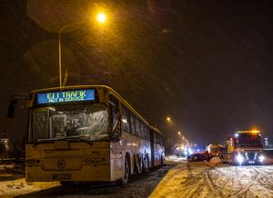 Polisen beslag tog bussen för att kunna utreda olyckan. Foto: Niklas Hagman