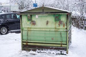Containern står för sig själv, en bit bortifrån husväggen.
