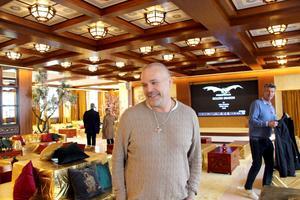 Den första natten på hotellet får Olle Larsson sitt kinesiska namn Ou Le som betyder ungefär Europas lycka.