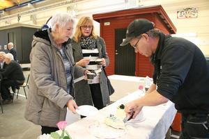 Anders Karlsson serverade tårta till besökarna Ann-Britt Andersson och Karin Strenge. De var nyfikna på hur det såg ut på insidan av Danfo.