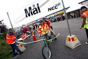 Foto: NICK BLACKMON Svårstyrt. Åsa Broman från Vägverket lyckades med möda styra ekipaget mellan betongsuggorna. Bakom sig på cykeln hade hon Åke Ståhlspets, Gävle kommun, Johan Eriksson, NCC, samt Hans Olof Åström och Ola Östlund från Vägverket.