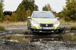 Lera, snö, halka eller allmänt dåligt väglag är inget hinder. Men någon terrängbil är det inte.Foto: Pontus Lundahl/TT