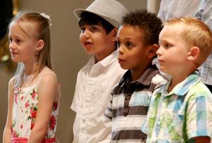 Sommarfina elever från förskoleklasserna Per Ols och Ormbunken sjöng om vänskap på skolavslutningen. Här syns eleverna Nikki Karlsson, Harry Ali, Samuel Karari och Gustav Bosell.