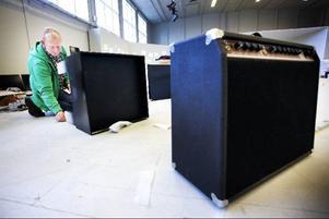 Hreinn J Stephenson gör en installation med vatten, ljud och ljus som ska heta Black box. Och kanske kanske är det just vad islänningarna skulle önska sig; en svart låda att gå tillbaka till för att få en förklaring till den stora kraschen.