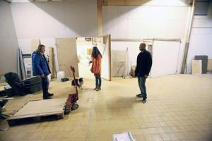 Natalie Nordman och Johan Bertmar från medborgarskolan diskuterar de nya replokalerna i fd mästerbagarna med fastighetsägaren Göran Bengtsson (t v) - i vår öppnar man för en rad grupper och konstnärer.