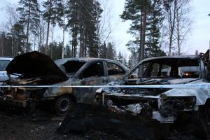 När räddningstjänsten var framme på den aktuella adressen var två bilar helt utbrända och totalskadade.Ett tredje fordon var brandskadat.