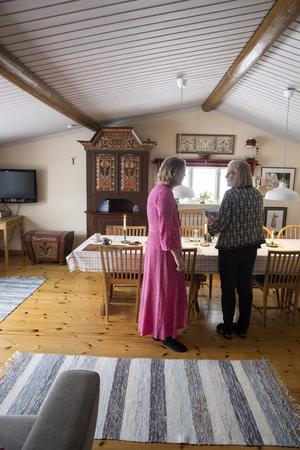 I utbyggnaden får många spelmän plats att spela tillsammans. Stina och  mamma Lisa Wästvind under Stinas senaste besök hemma.