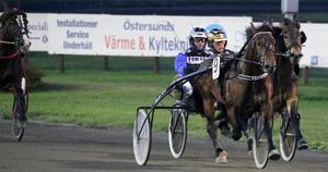 Norske Storm Teddy/Arve Sjoner passerar kollegan Rokne Råll/Arild Eggen och vinner V64–2.