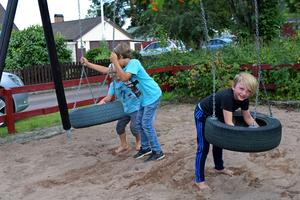 Om lekplatsen ändå ska tas bort har sjuåriga Nils Morin (till höger) ett förslag till vad som kan ersätta den.