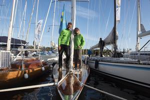 Henrik och Mia Widstrand har seglat  i sin exklusiva träbåt enda från Stockholm för att besöka Ulvöregattan.