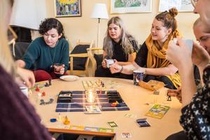 Sanna Voruenmaa, Ebba Knutsson och Frida Tovar Lindberg diskuterar nästa drag.