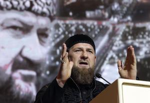 Ramzan Kadyrov rapporteras vara drabbad av covid-19. Bilden är tagen då han höll tal i Groznyj den 10 maj, framför en bild på sin döde far Achmad Kadyrov. Arkivbild.