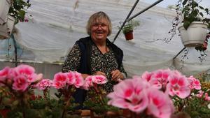 I ett av de många drivhusen på gården reade Kerstin Henriksson ut sommarplant under Haveröveckans första veckodag.