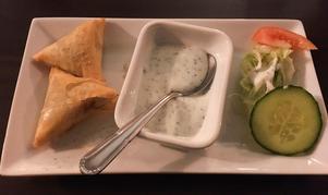 Lammfärssamosa är en friterad piroger med lammfärs som kryddats fint med ingefära, vitlök och koriander.