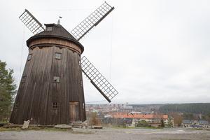 Väderkvarnen på Torekällberget ska inte få sällskap av ett hotell, tycker skribenten.