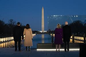 Tillträdande vicepresident Kamala Harris och tillträdande president Joe Biden med respektive framför Lincon Memorial Reflecting Pool under tisdagen, dagen innan installationen. Foto: AP Photo/Evan Vucci