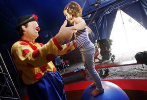 Daff-Daff (Thomas Jerbo) möter många barn; de sjuka å sjukhuset och de friska i bland annat Cirkus Elviras Sommarskoj på Norra berget.