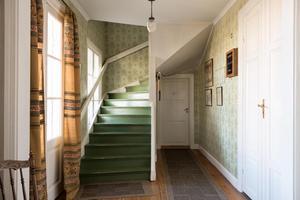 Hall med trappa till övervåningen.  Foto: Utsikten Foto