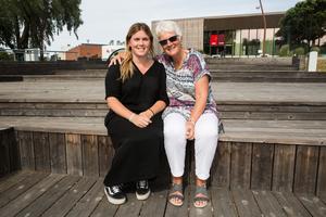 """Sofia Eldebrink tillsammans med Britt-Marie """"Bitte"""" Andersson, som outtröttligt fortsätter arrangera promenaderna för forskningen mot ALS, efter Mariannes död."""