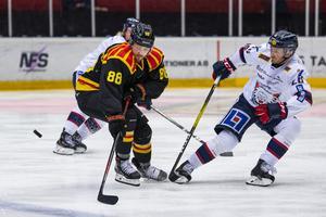 Jaedon Descheneau och Linköpings Hampus Larsson i en duell. Brynäs kanadensare svarade för två nya assist och har nu gjort fyra poäng på två matcher.  Foto: Jonathan Näckstrand