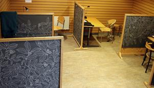 På studieverkstaden finns det olika platser att studera vid. Antingen i ett eget rum, eller som här i grupp.