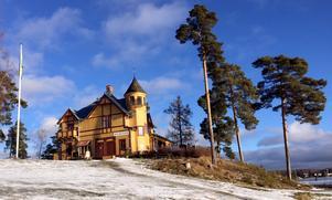 """Oskar Herdin (1857-1939) var bankdirektör, ledamot i stadsfullmäktige och riksdagspolitiker. Tillsammans med hustrun Olga bygger han 1897 en """"sommarstuga"""", numera Främby udde resort."""