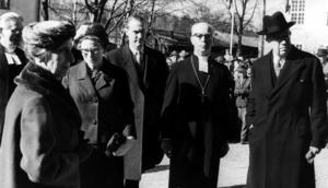 Domprosten Oscar Rundblom , drottning Louise,  biskopinnan Eva Cullberg, landshövdingen Gustaf Cedervall, biskopen John Cullberg och kung Gustaf VI Adolf vid Återinvigning av Domkyrkan 1961, efter den genomgripande restaureringen.Foto: VLT