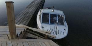 Båten och bryggan. Foto ur polisens förundersökning.
