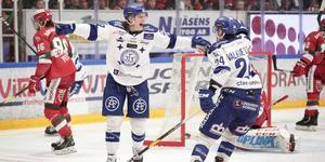Anton Karlsson jublar efter sitt 0-4-mål.