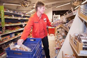 Förutom ägarna har butiken nio anställda. Även Pernilla Sundström jobbar med att plocka upp varor.