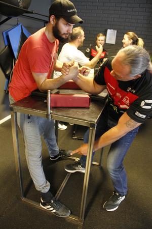 Tips från coachen – Magnus Lundgren visar Erik Hansson, som är 1,87 lång, hur han bör stå för att få maximal styrka i armarna.