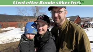 Hela familjen hemma på Grindals gård i Orsa. Sonen Zebulon Hult Grindal, Malin Sundin Grindal och Mattias Hult Grindal.