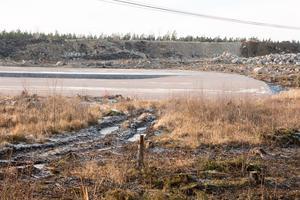 Här ska snart byggnaderna som ska rymma datacentret på Tuna i Sandviken växa fram. I bakgrunden syns högen med jord som anläggningsarbetarna fått lov att skyffla undan och ersätta med fastare grundmaterial.
