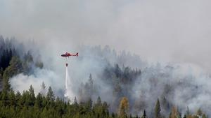 Skogsbrand strax utanför Hammarstrand tisdag 17/7. Vattenbombning med hjälp av helikoptrar. Foto: Mats Andersson