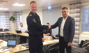 Mattias Skarp lokalpolisområdeschef Falun och Lars Isacsson, kommunstyrelsens ordförande tar i hand efter påskrivet medborgarlöfte. Foto: Avesta kommun