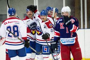 Linus Nordin, nummer 21 i NSK, firar ett av lagets mål mot Kovland. Det blev 4–3 i matchen till gästerna till slut.