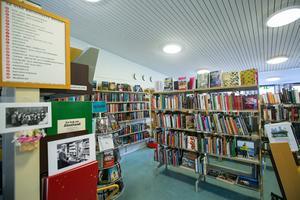 Det är viktigt att biblioteken kan fortsätta att vara öppna, inbjudande, trygga och tillgängliga platser – för alla, skriver debattörerna.