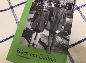 På omslaget synd Gunilla Bäckman och Ingrid Stömne (efternamnen är deras flicknamn) utanför en av herrgårdsflyglarna runt 1940. Ingrid bodde i flygeln som syns i bakgrunden.