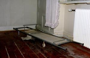 Båren står kvar i ett hörn på den gamla anstalten.