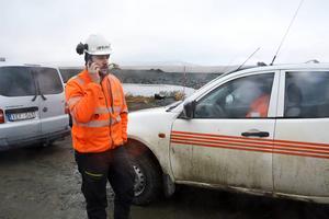 Kontakten med omvärlden fungerar bra runt arbetsplatsen men en bit utanför finns ingen täckning. Oskar Karlsson samt hans kollega Tobias Lundqvist i bilen.