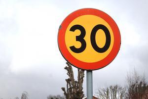 Om hastighetsbegränsningen sänks från 70 till 30 kilometer i timmen och farthinder/betongsuggor samt fartkameror placeras ut kan de boende längs vägen genom Veda och deras småbarn vara trygga, skriver signaturen